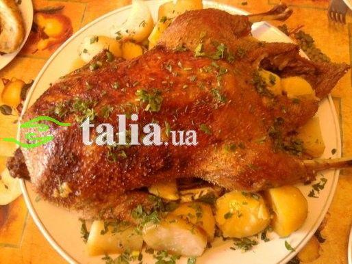 Утка в духовке с картошкой и яблоками в рукаве