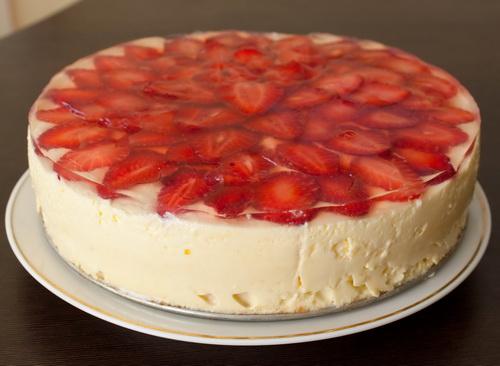 Как украсить торт желе и клубникой