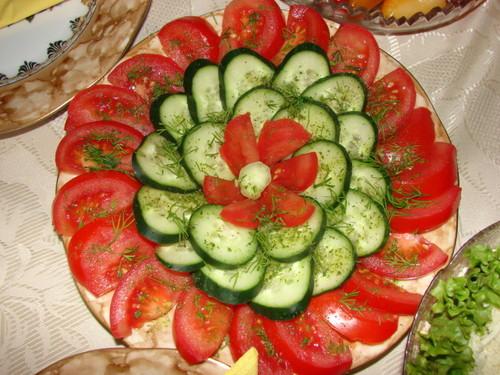 Как нарезать помидоры и огурцы